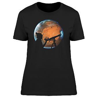 Ragazza che esamina il pianeta Marte Tee femminile-immagine di Shutterstock