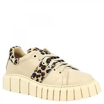 أحذية ليوناردو أحذية أحذية رياضية نسائية مع عالية الوحيد المصنوعة يدويا في الجلد البيج مع تفاصيل الفهد