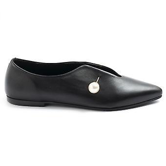 Pantof plat din piele neagră cu decolteu în V și piercing cu perlă