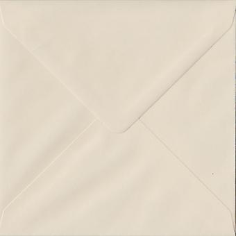 Ivoor gegomd 130mm vierkante ivoor gekleurde enveloppen. 100gsm FSC duurzaam papier. 130 mm x 130 mm. bankier stijl envelop.
