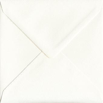 Ivoor Silk gegomd 155mm vierkante ivoor gekleurde enveloppen. 110gsm GF Smith Accent papier. 155 mm x 155 mm. bankier stijl envelop.