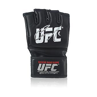 Conor McGregor firmó guante UFC