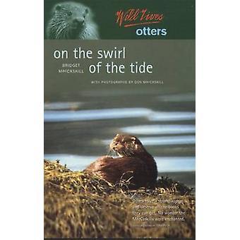 Selvaggio vive lontre-sul turbinio della marea di Bridget MacCaskill-D