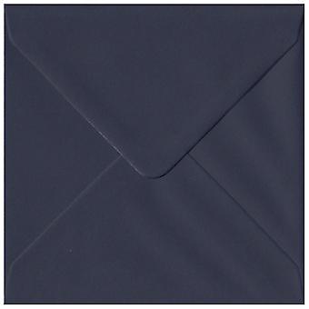 Tummansininen liimattu 130mm neliön värillinen sininen kirjekuori. 100gsm GF Smith Colorplan kirja. 130 mm x 130 mm. pankkiiri tyyli kirjekuori.