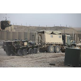 Merijalkaväen kanssa torjua logistiikka pataljoona 5 perässään kevyt panssaroitu ajoneuvo on eteenpäin toimivat Base Payne Afganistanin Juliste Tulosta