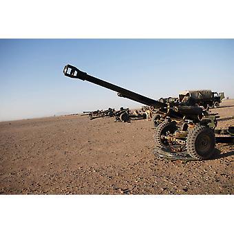 105-мм гаубица легкие пушки выстроились в Кэмп Бастион Афганистана Плакат Печать изображения Эндрю ChittockStocktrek