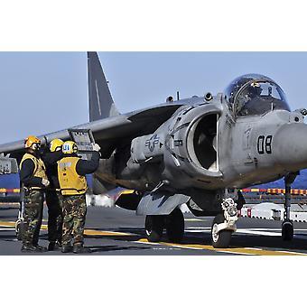 Atlantin valtameren 19 tammikuu 2012 - ilmailun boatswains kaverit Näytä lentotiedot AV-8 Harrier ohjaajan aikana lentotoiminnan Maihinnousualukset laivaan USS Kearsarge Juliste Tulosta