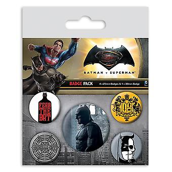 Batman vs Superman Button set Batman colorate, imprimate, realizate din tablă de metal, 1X x 3,8 cm, 4x x 2,5 cm.
