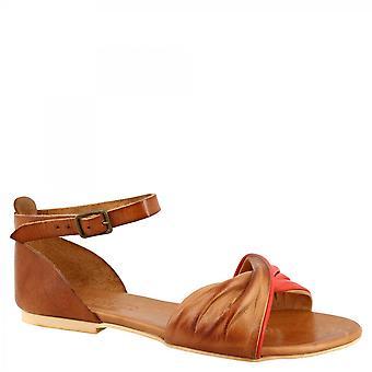 ليوناردو أحذية المرأة & apos الصنادل المسطحة المصنوعة يدويا في جلد الماعز الأحمر تان مع حزام الكاحل