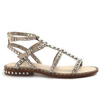 Sandalia de gladiador beige precioso de ceniza con tachuelas de plata