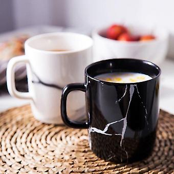 Zwart-wit marmeren mok