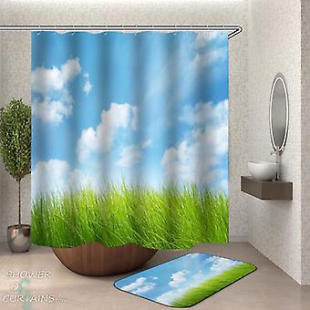 Zielona trawa pod zasłoną prysznicową Błękitnego Nieba