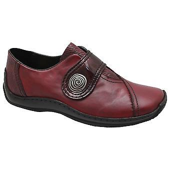 Cinta de Bordeaux de Rieker sobre sapatas dianteiras elevadas