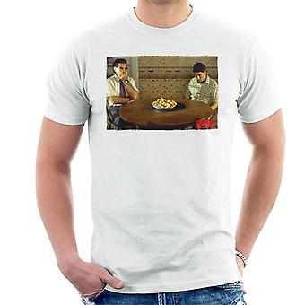 Amerikkalainen piirakka pöydällä miesten ' s T-paita