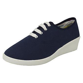 Punto de las señoras en los zapatos de cuña lona