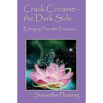 Crack de cocaína ao lado negro, emergindo da escuridão por Photang & Sunantha