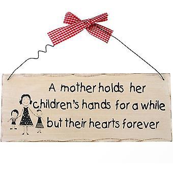 Eine Mutter hält hängendes Schild