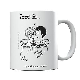 El amor es ignorar la taza del teléfono