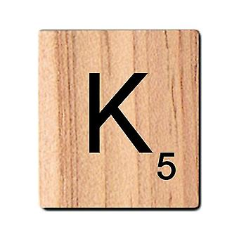 Lettres noires de Scrabble en bois avec des nombres et des alphabets imprimés -K