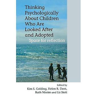 Kinderen die zijn verzorgd en aangenomen psychologisch denken: ruimte voor reflectie
