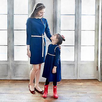 Mamãe e me dão gorjeta ao vestido vieiras