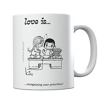El amor es reconocer sus prioridades taza