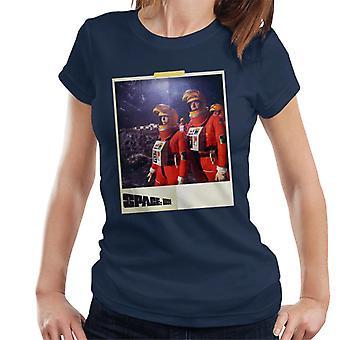 Space 1999 Helena och John i orange rymden passar kvinnor's T-shirt