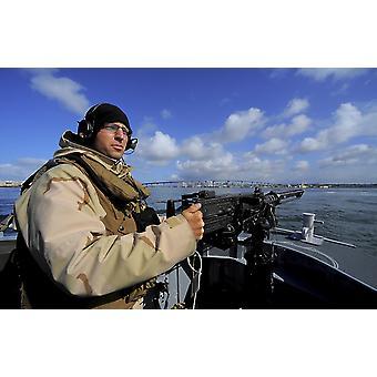Companheiro de artilheiros Melicio uma metralhadora de calibre 50 M2 HB na montagem da frente de um barco inflável de casco rígido Print
