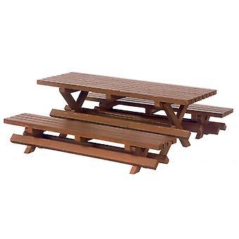 Κουκλών σπίτι πικνίκ τραπέζι και πάγκος που μικροσκοπικά σχισμένα ξύλινα έπιπλα κήπου