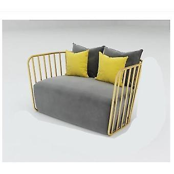 Myymälän sohvakauppa yksinkertaisella ja modernilla