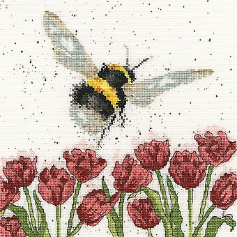 Wrendale Designs Flight of the Bumblebee (XHD41) Cross Stitch Kit par Bothy Threads