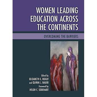 Vrouwen die onderwijs leiden over de continenten