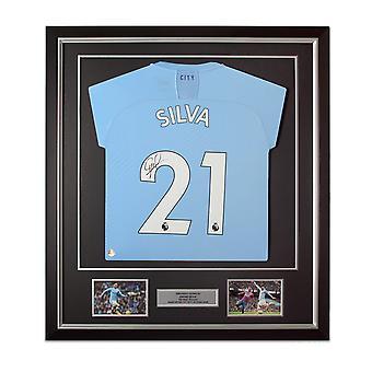 ديفيد سيلفا وقع مانشستر سيتي 2019-20 قميص كرة القدم. إطار ديلوكس