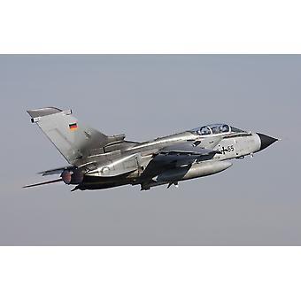 Tedesco Tornado ECR armato con un missile anti-radar HARM decollo sopra la Germania durante l'allenamento ELITE Poster Print