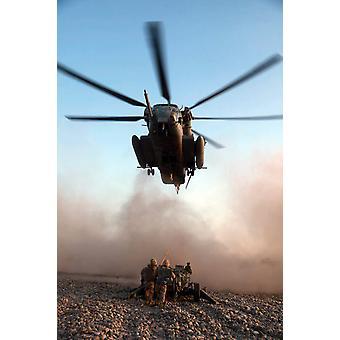 Marines de Estados Unidos prepara para sujetar un obús ligero de M777A2 a un CH-53E Super Stallion helicóptero Poster Print por imágenes Stocktrek