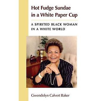 Helado de chocolate caliente en una taza de papel blanco - una enérgica mujer negra en un Wh