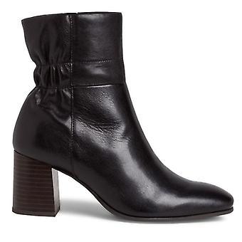 Tamaris sort ankelstøvle med medium hæl og curling