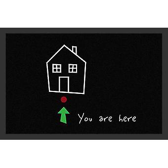 Je bent hier deurmat zwart, 100% polyamide en antislip PVC bodem.