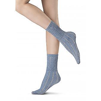 細かい糸とラメで作られた靴下