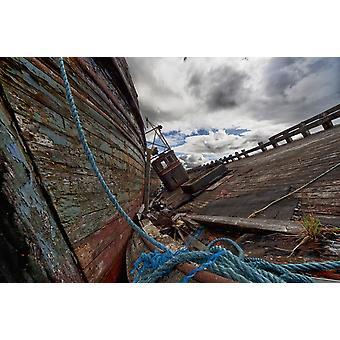 En blå reb bundet til en gammel forvitret træbåd på et træ Dock Salem Isle Of Mull Skotland PosterPrint