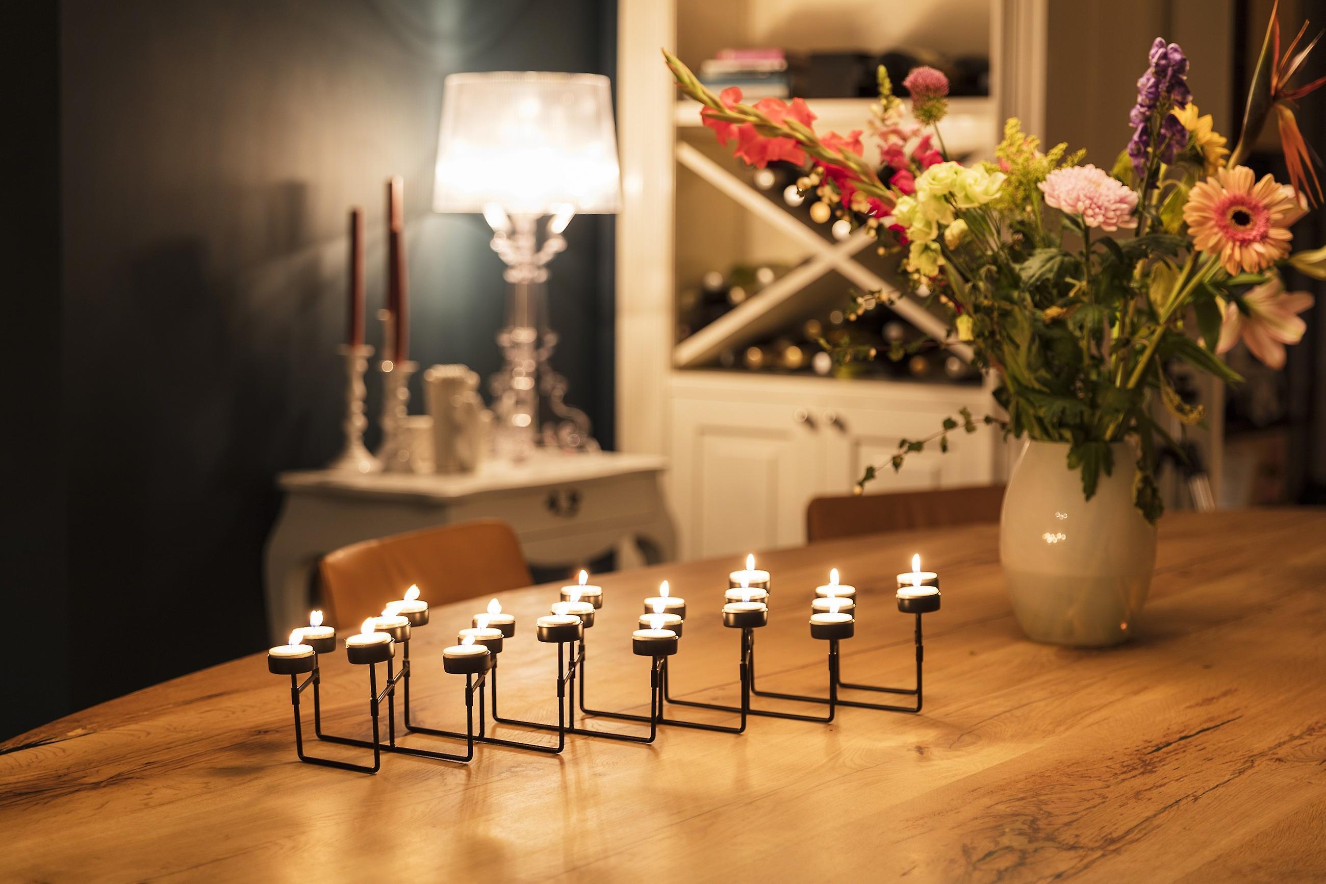 LIFA LIVING Teelichthalter schwarzes Metall, 22 Kerzenständer mit dehnbarem Konstrukt für besondere Anlässe im Wohnbereich, Vintage Industrie Stil