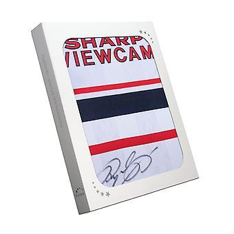 Ryan Giggs podpisał kontrakt z Manchesterem United w 1999 roku. Pudełko na prezenty