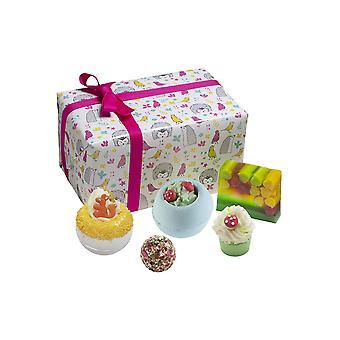 Bomb Cosmetics Into the Woods Set Wrapped Box Set contiene: Blásteres de baño, cremas, aceites...