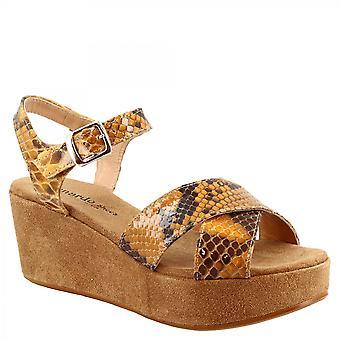 Leonardo Sko Kvinner's håndlagde kiler sandaler i oker semsket skinn og python skinn med spenne