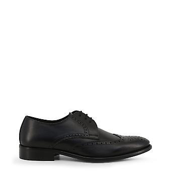 Man laced shoes mi89143