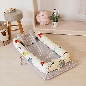 Vastasyntynyt vauvansänky Pehmeä puuvillavuode tyynyllä.