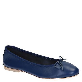 شقق اليدوية البالية أحذية في الأزرق والجلود الناعمة
