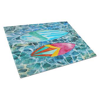 Planches de surf sur la grande planche à découper verre d'eau