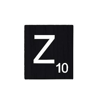 Zwarte houten Scrabble letters met gedrukte nummers en alfabetten-Z