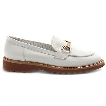 Moccasin filosofi av Alfredo Giantin i vitt läder med klämma